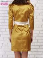 Jasnobrązowa sukienka ze srebrnym paskiem                                  zdj.                                  2