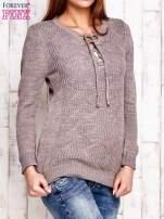 Jasnobrązowy dzianinowy sweter z wiązaniem                                  zdj.                                  3