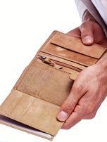 Jasnobrązowy portfel skórzany dla mężczyzny z naszywką                                  zdj.                                  4