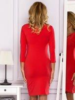 Jasnoczerwona sukienka z paskami przy dekolcie                                   zdj.                                  2