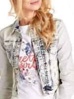 Jasnoniebieska kurtka jeansowa damska marmurkowa z kieszeniami