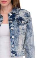 Jasnoniebieska kurtka jeansowa damska z marmurkowego denimu