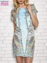 Jasnoniebieska sukienka w roślinne wzory z dekoltem typu woda                                                                          zdj.                                                                         1