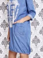 Jasnoniebieska sukienka z napisem BE HAPPY                                  zdj.                                  5