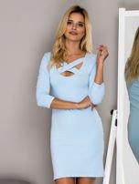 Jasnoniebieska sukienka z paskami przy dekolcie                                   zdj.                                  1