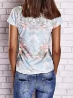 Jasnoniebieski t-shirt w kwiaty i z egzotycznym nadrukiem