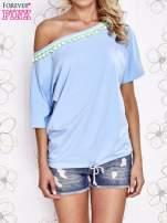 Jasnoniebieski t-shirt z limonkowymi pomponikami przy dekolcie                                  zdj.                                  1