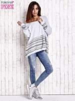 Jasnoniebieski włochaty sweter oversize z kolorową nitką                                                                           zdj.                                                                         2