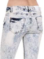 Jasnoniebieskie dekatyzowane spodnie jeansowe dzwony z przetarciami i dziurami                                                                          zdj.                                                                         7