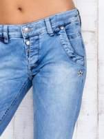 Jasnoniebieskie denimowe spodnie z haftowanymi elementami                                                                          zdj.                                                                         4