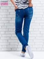 Jasnoniebieskie spodnie girlfriend jeans z naszywkami                                  zdj.                                  4