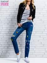 Jasnoniebieskie spodnie girlfriend jeans z naszywkami                                  zdj.                                  2