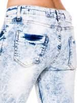 Jasnoniebieskie spodnie jeansowe rurki z dziurami na kolanach