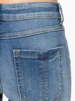 Jasnoniebieskie spodnie jeansowe rurki z przeszyciami na kieszeniach                                  zdj.                                  6