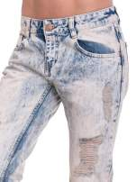 Jasnoniebieskie spodnie jeansowe z przetarciami na nogawkach