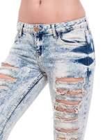 Jasnoniebieskie spodnie rurki typu trash jeans                                  zdj.                                  6