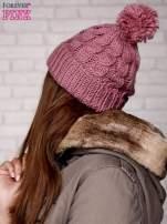 Jasnoróżowa dziergana czapka z pomponem                                  zdj.                                  2