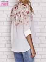 Jasnoróżowa koszula mgiełka z nadrukiem róż                                  zdj.                                  2