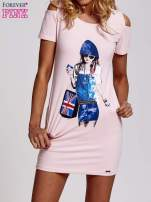 Jasnoróżowa sukienka dresowa cut out shoulder z nadrukiem dziewczyny                                  zdj.                                  1