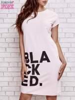 Jasnoróżowa sukienka dresowa z napisem BLACKED                                                                          zdj.                                                                         1