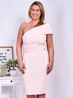 Jasnoróżowa sukienka w drobne wypukłe wzory PLUS SIZE                                  zdj.                                  1