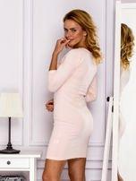 Jasnoróżowa sukienka z paskami przy dekolcie                                   zdj.                                  5