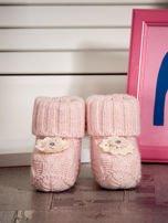 Jasnoróżowe dziergane miękkie buciki dziewczęce z diamencikami                                  zdj.                                  1