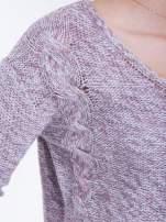 Jasnoróżowy sweter z warkoczowym splotem z przodu                                  zdj.                                  4