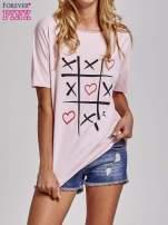 Jasnoróżowy t-shirt z motywem serce i krzyżyk                                  zdj.                                  1
