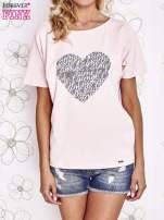 Jasnoróżowy t-shirt z napisem JE T'AIME i dekoltem na plecach                                  zdj.                                  1