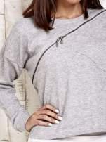 Jasnoszara bluza dresowa z asymetrycznym suwakiem                                  zdj.                                  5