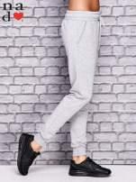 Jasnoszare spodnie dresowe z troczkami                                  zdj.                                  3