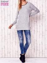 Jasnoszary melanżowy sweter ze skórzanym wykończeniem