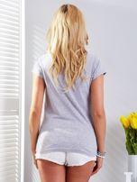 Jasnoszary t-shirt z fotograficznym nadrukiem                                  zdj.                                  2