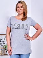 Jasnoszary t-shirt z napisem z perełek PLUS SIZE                                  zdj.                                  1