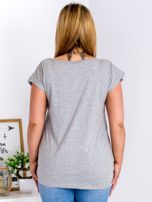 Jasnoszary t-shirt z żonkilami PLUS SIZE                                  zdj.                                  2