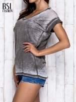 Khaki asymetryczny t-shirt z trójkątnym dekoltem                                  zdj.                                  4