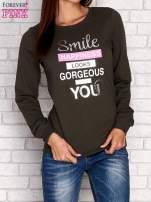 Khaki bluza z napisem SMILE HAPPINESS LOOKS GORGEOUS ON YOU                                  zdj.                                  1