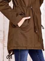 Khaki ocieplana kurtka parka z bordowym futrzanym kołnierzem                                  zdj.                                  9