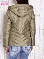 Khaki pikowana kurtka z jasnym wykończeniem                                                                          zdj.                                                                         4