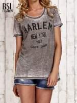 Khaki t-shirt z napisem HARLEM efekt acid wash                                                                          zdj.                                                                         1