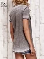 Khaki t-shirt z napisem HARLEM efekt acid wash                                                                          zdj.                                                                         4