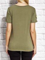 Khaki t-shirt z naszywkami                                  zdj.                                  2