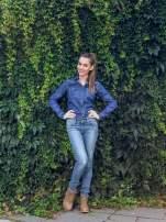 Klasyczna ciemnoniebieska jeansowa koszula z kieszonkami
