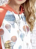 Koralowa bluza z kapturem i miejskim nadrukiem