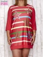 Koralowa sukienka dresowa z nadrukiem gwiazd PLUS SIZE                                  zdj.                                  1