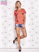 Koralowy t-shirt z aplikacją owadów                                   zdj.                                  3