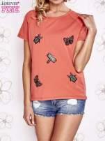 Koralowy t-shirt z aplikacją owadów                                   zdj.                                  2