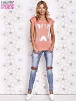 Koralowy t-shirt z motywem gwiazdy i dżetami                                  zdj.                                  4