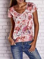 Koralowy t-shirt z nadrukiem moro i napisem LOVE OR LEAVE                                  zdj.                                  1